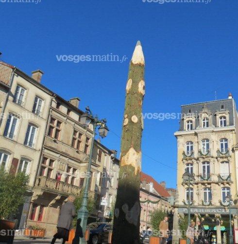 un-crayon-de-bois-dont-la-pointe-culmine-a-5-metres-de-haut-est-dresse-depuis-hier-sur-la-place-des-vosges-d-epinal-(r-r-)