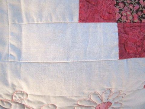Quasi-indécelable, une bande de tissu est cousue à l'envers... Un peu plus claire, un peu plus duveteuse, un peu moins structurée quand même...